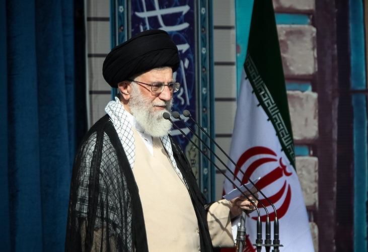 درخطبههای نماز عید فطر؛  رهبر انقلاب اسلامی: تسلیم شدن ایران را به خواب ببینند