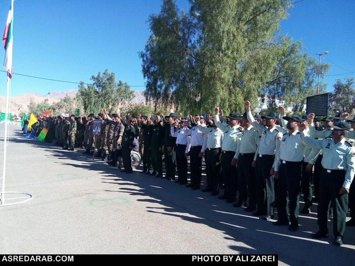 همزمان با اولین روز هفته دفاع مقدس؛ صبحگاه مشترک نیروهای نظامی، انتظامی و بسیج مردمی در داراب برگزار شد