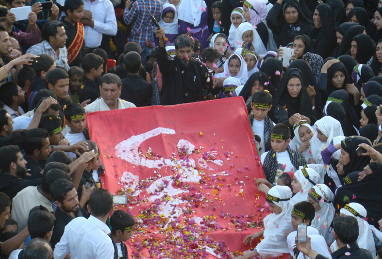 شاید باورنکنید ولی حقیقت دارد…. مراسم بی نظیر برافراشتن پرچم سرخ حسینی در شهر دوبرجی