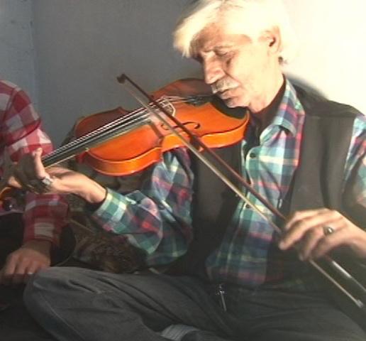 نوازندگي و آواز خواني هنرمندان دارابي در كنار آرامگاه غلام عاشق
