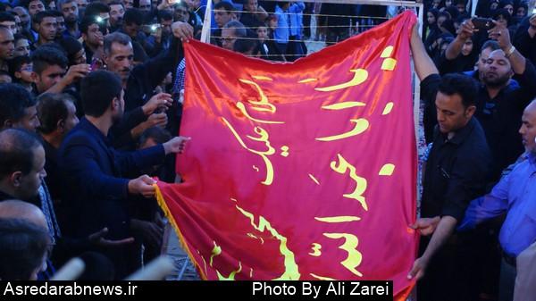 آئین سنتی برافراشته شدن پرچم سرخ حسینی در دو برجی برگزار شد
