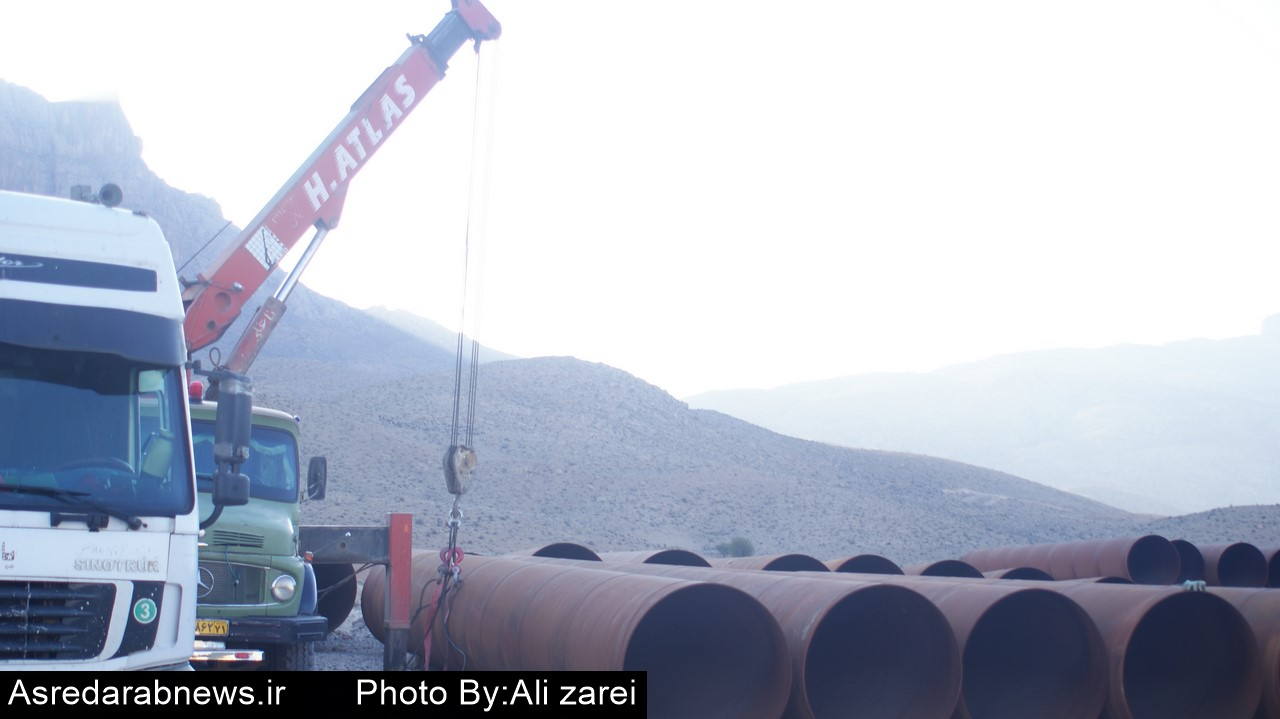 تریلر هایی که خالی از لوله بازگشتند/ با حضور  بموقع گروه های مردمی از انتقال لوله های طرح آبرسانی  داراب به اصفهان جلوگیری شد