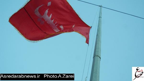 پرچم سرخ حسینی بر فراز مهدیه دوبرجی به اهتزاز در آمد