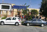 تجمع کسبه و بازاریان در مقابل فرمانداری ویژه داراب در اعتراض به تعطیلی کرونایی بازار